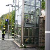 Fahrstuhl klemmt: Frau sitzt fest